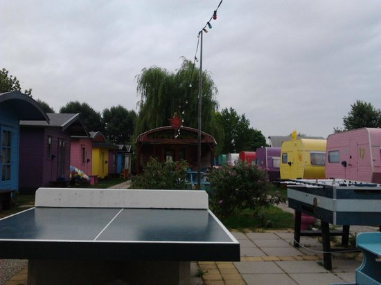 Lucky Lake Hostel: Table tennis and Lucky Lounge in the background