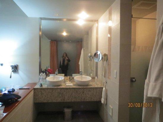 Aranwa Sacred Valley Hotel & Wellness: Lavatorios al lado de mi cama