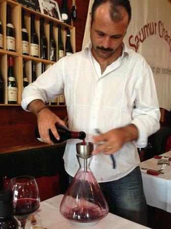La Brasserie du Port: Owner Denis decanting