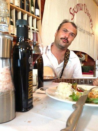 La Brasserie du Port : Denis seranding us