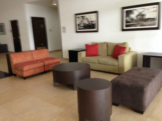 Holiday Inn Express Merida: Seating on entrance to the hotel