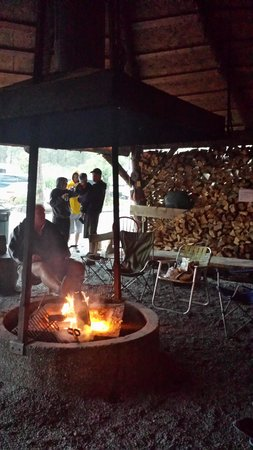 Portage Valley Cabins and RV Park: Staying nice and dry by the campfire while it was pouring down rain!
