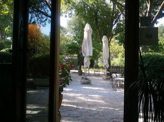 Hotel Restaurant Villa Glanum Saint Remy de Provence : vista desde el restaurante a la terraza