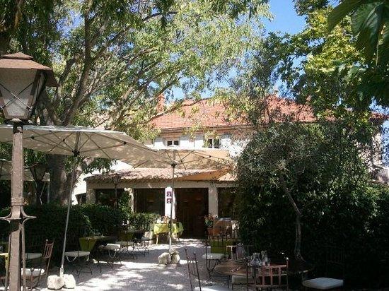 Hotel Restaurant Villa Glanum Saint Remy de Provence : terraza-jardín para comer y cenar en la Villa Glanum