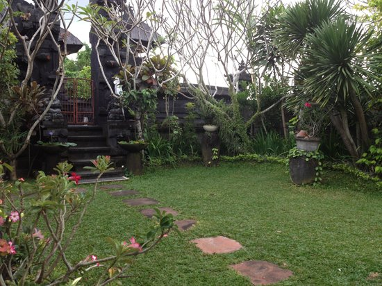 Wayan's Guest House: Small garden and family temple