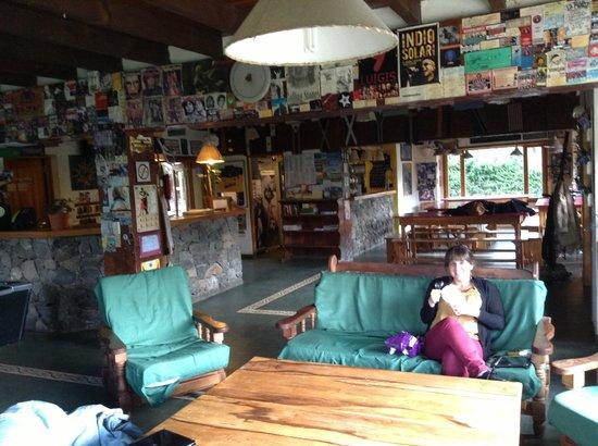 Hostel La Angostura: living y cocina