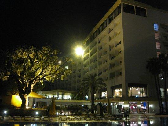 Alfamar Hotel : O hotel á noite com a piscina