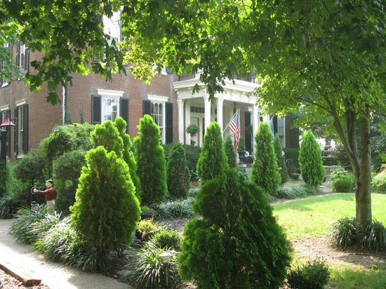 1851 Historic Maple Hill Manor Bed & Breakfast: Entrance from parking area