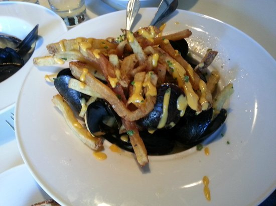 L'Albatros Brasserie + Bar: Mussles with Pommes Frites and Spicy Aioli