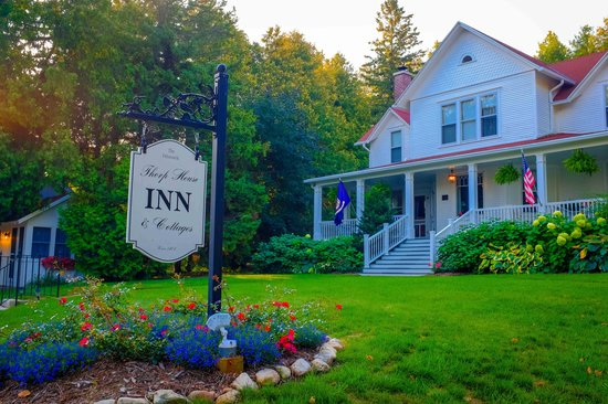 Thorp House Inn and Cottages: Front yard and sign