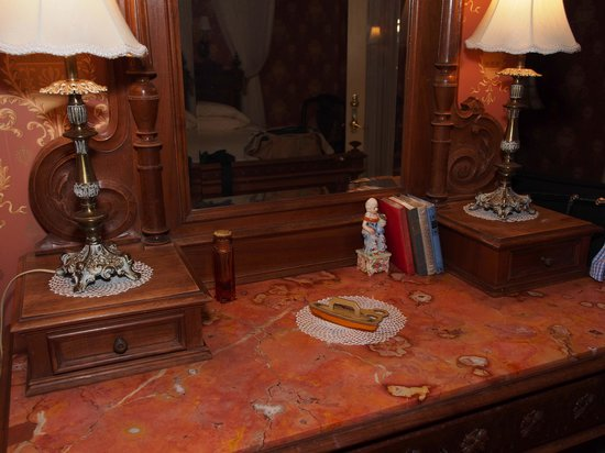 Thorp House Inn and Cottages: Dresser in our room