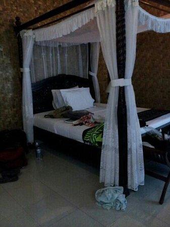 Oka7 Bungalow: room at No 7 bungalow (not oka 7!!)