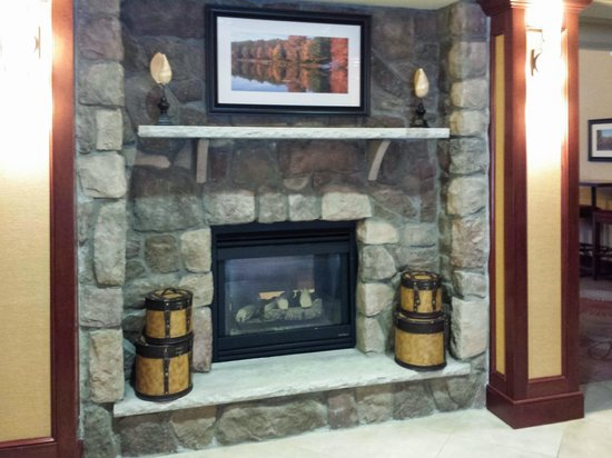 Homewood Suites by Hilton Atlantic City/Egg Harbor Township: Fireplace in Lobby