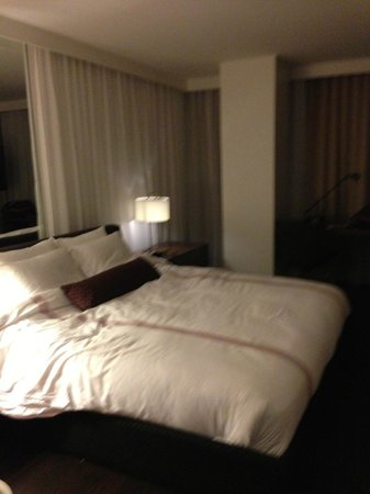 Thompson Toronto - A Thompson Hotel: King sized bed, tastefully appointed
