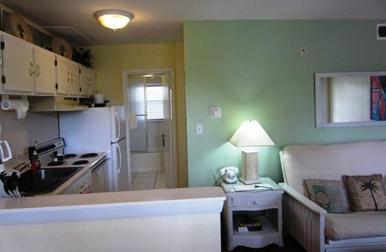 Marco Island Lakeside Inn: Kitchen view with fridge and stove, and bathroom