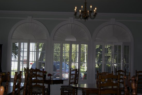 Clewiston Inn: Lovely windows in dining room