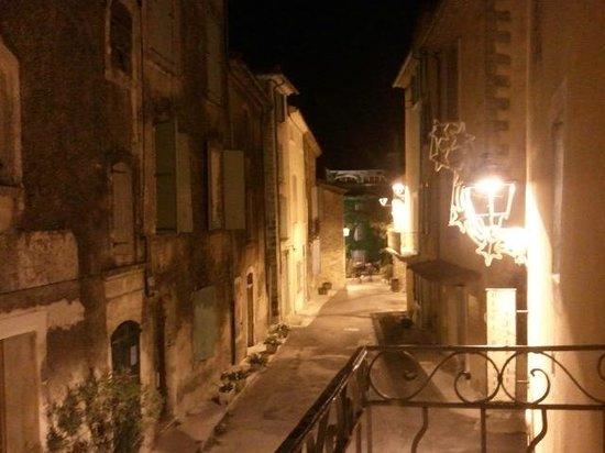 Le comptoir de balthazar : vistas desde el balcón sobre el tranquilo pueblo