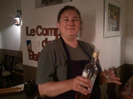 Le comptoir de balthazar : La Chef simpática ofreciendo un licor