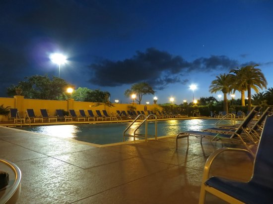 The Florida Hotel & Conference Center, BW Premier Collection: Relaxing by the pool in the evening
