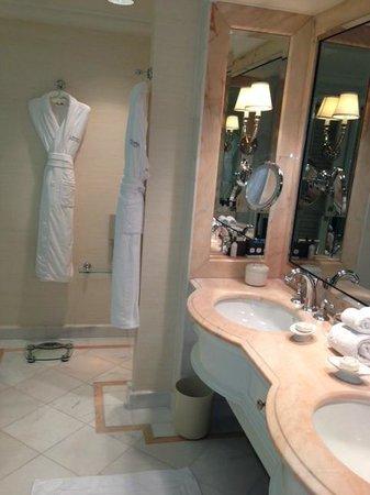 The Peninsula Beverly Hills: bathroom