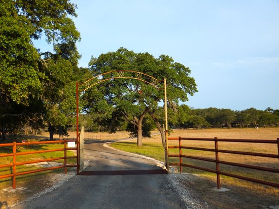 Tonkawaya Ranch B&B: Entrance to Ranch