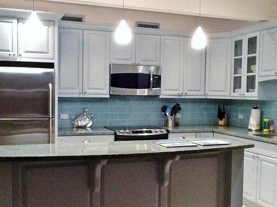 Secret Harbour Beach Resort: updated kitchen at Secret Harbour