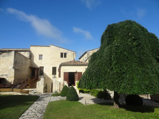 Hotel Au Logis des Remparts : Looking back at the hotel