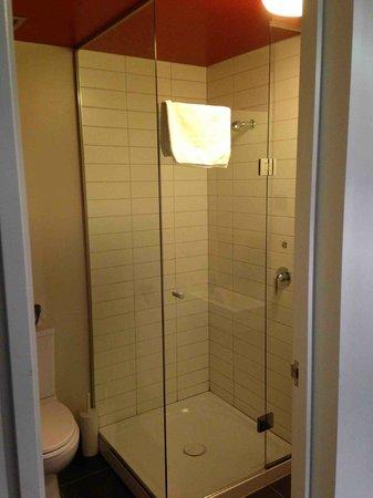 Nomads Queenstown Hostel: Ensuite Washroom