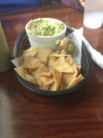 La Cabane de Raya : Guacamole and chips -- see the avocado pit?