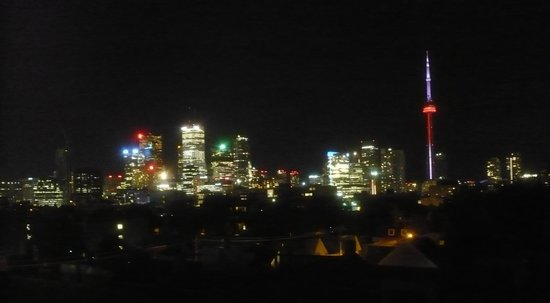 Planet Traveler : CN Tower and Toronto skyline from hostel roof
