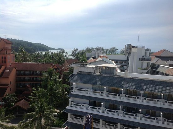 Ashlee Hub Hotel Patong: view to beach from roof top pool