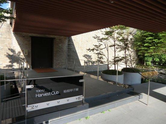Hotel Harvest Hakone Koshien: ホテル入り口にて。ちょっと分かりづらい入り口が会員制っぽくておしゃれです。