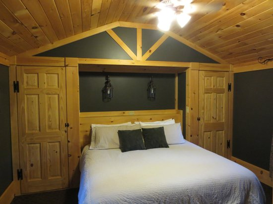 Acadia Cottages : Deluxe Cabin #15 Bedroom (King)