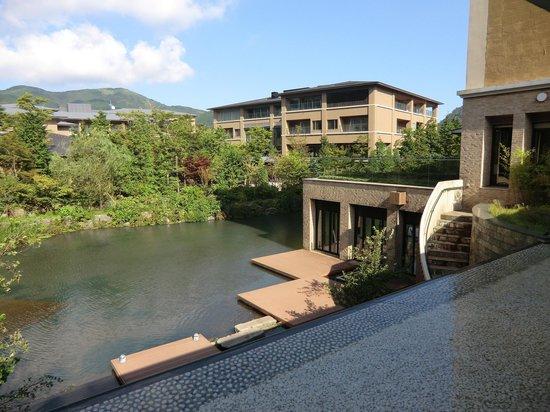 Hotel Harvest Hakone Koshien: 入り口入ってすぐ目の前に広がる風景。癒しの空間です。