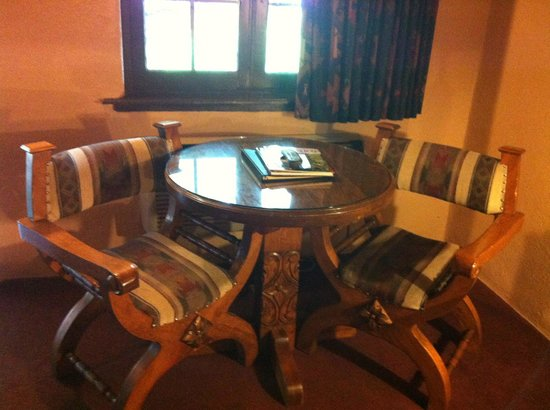 Sagebrush Inn & Suites : Small table and 2 chairs in hotel room