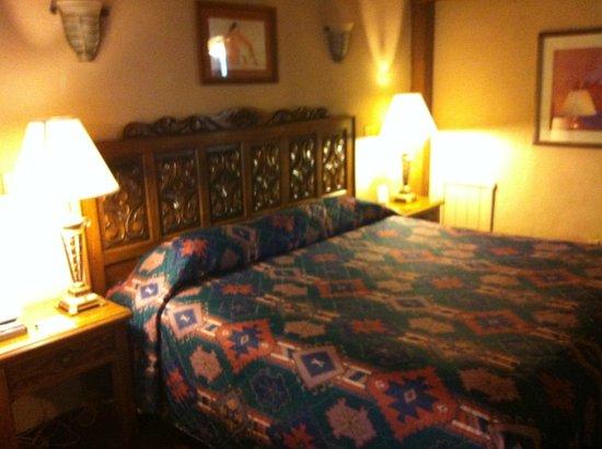 Sagebrush Inn & Suites : King size bed room, comfy bed