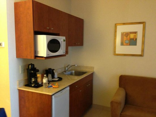 Holiday Inn Express Hotel & Suites Edmonton South: Little kitchen
