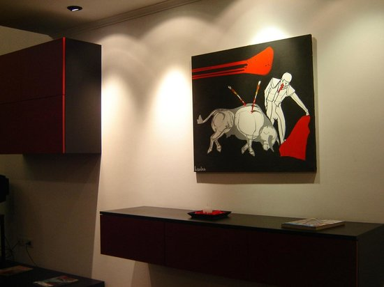 Mora Loft: Art around the living room, great design taste