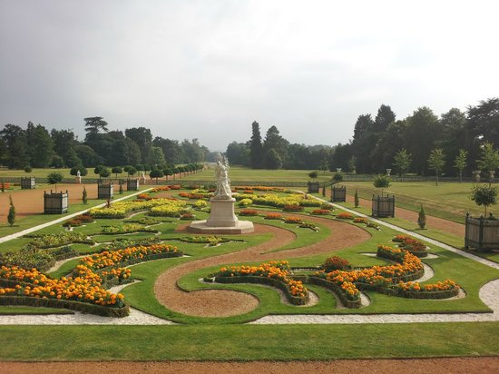 Streatley, UK: Wrest Park Gardens, 10 minute drive away, 300 years of English gardens!