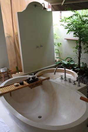 SALA Samui Resort And Spa: Open air bathroom and toilet. Beware of insects at night.
