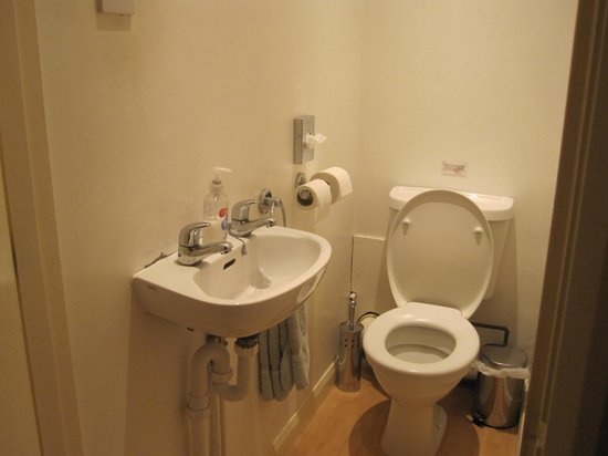 Landing Cottage Guest House: Shared toilet facilities