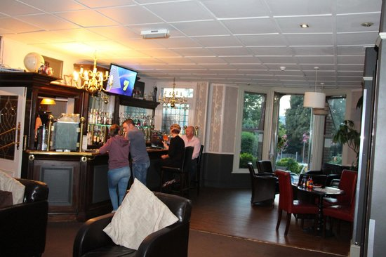 The Leaside Hotel: Bar beside large dining area