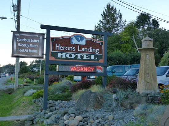 Heron's Landing Hotel: Front sign