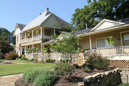 Heartstone Inn and Cottages: A view from the front