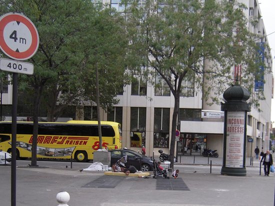 Timhotel Paris XVII Bd Berthier : On street homeless camp, just outside hotel front door
