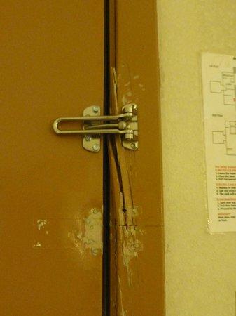 Magnuson Hotel - Baton Rouge : Broken Frame