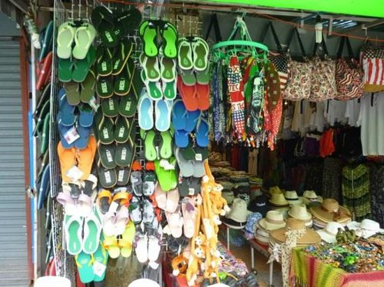 Aonang Villa Resort: Shopping for shoes