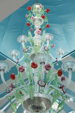Cupola Bar: Beautiful chandelier