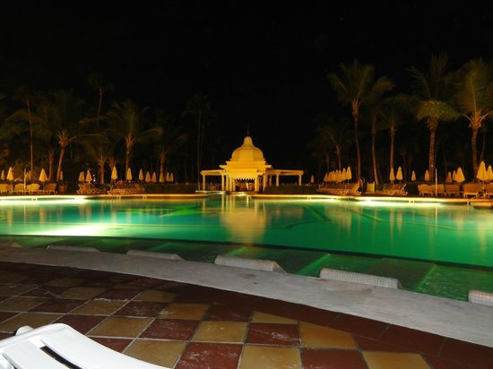 Hotel Riu Palace Punta Cana: The pool at night
