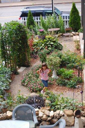 The Blue Door Inn - lovely garden
